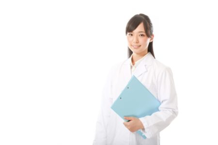 診断する女性の画像