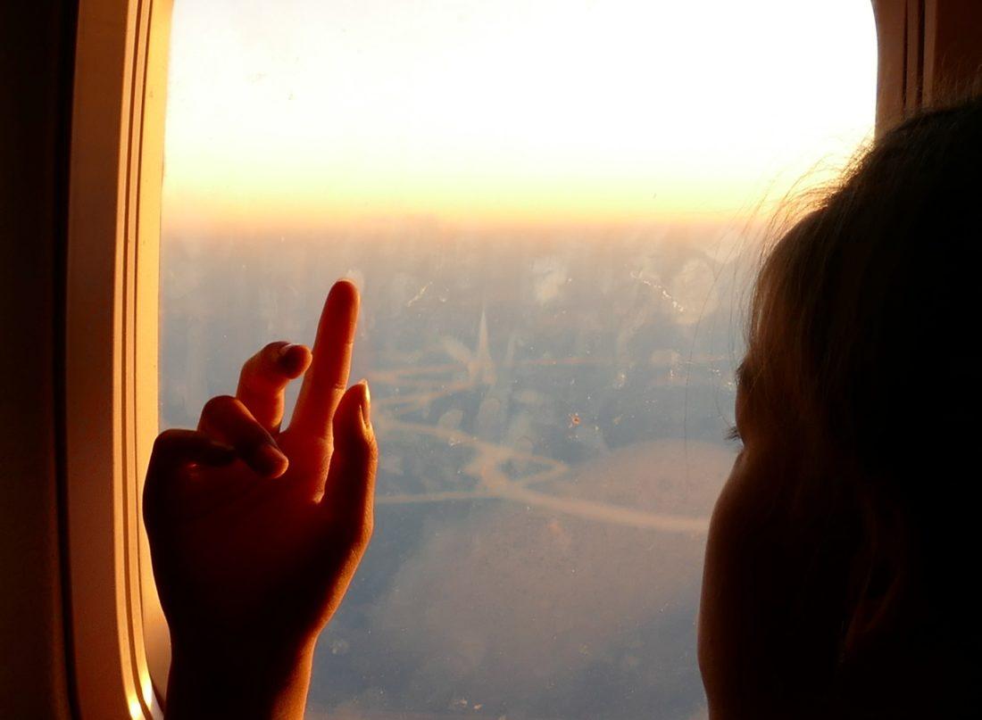 窓辺で物思いにふける外国の少年