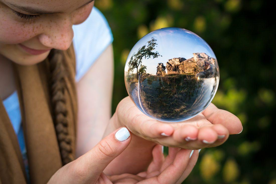 水晶玉を手に乗せる少女