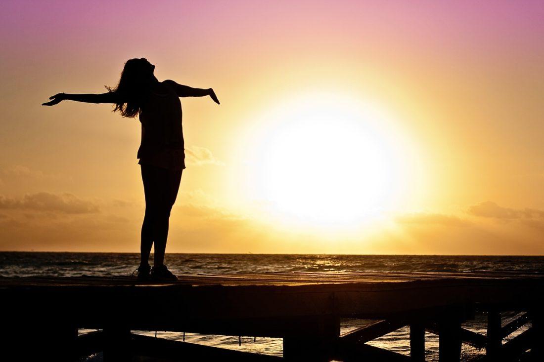 夕日を浴びる女性の画像
