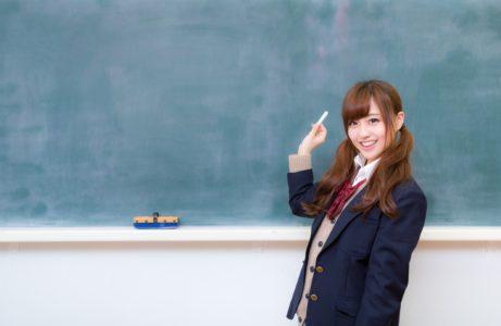 黒板と女子高生の画像