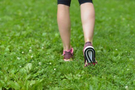 芝生でランニングする足
