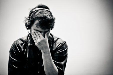 音楽を聴きながら泣く男性