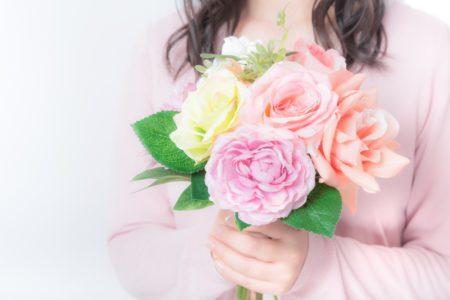 花を持つ母親