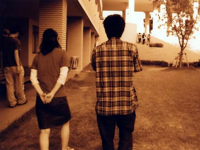 恋人同士の後ろ姿の画像