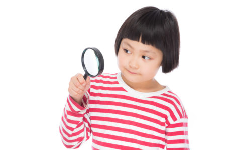 虫眼鏡を使う小学生