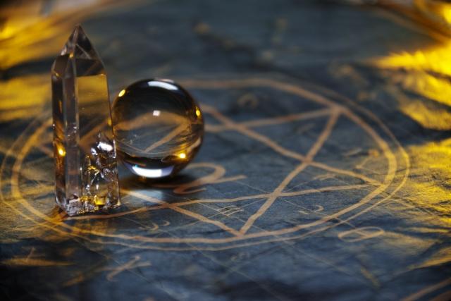 魔法陣と水晶の画像
