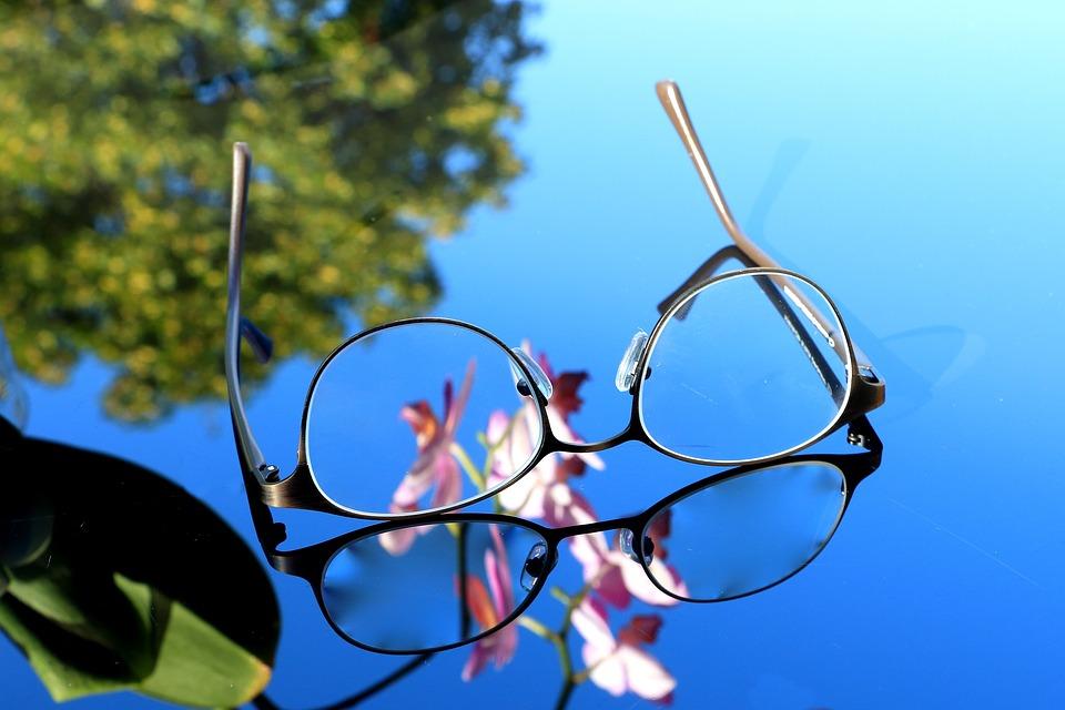 青い水面に浮かぶ眼鏡