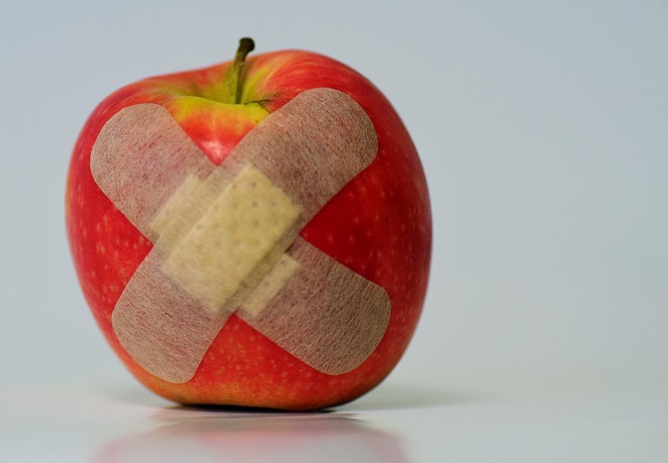 絆創膏が張られたリンゴ