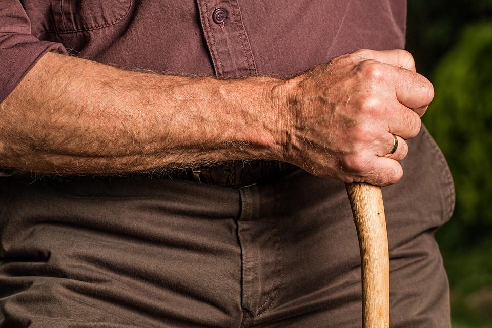 杖をつく老人の手元