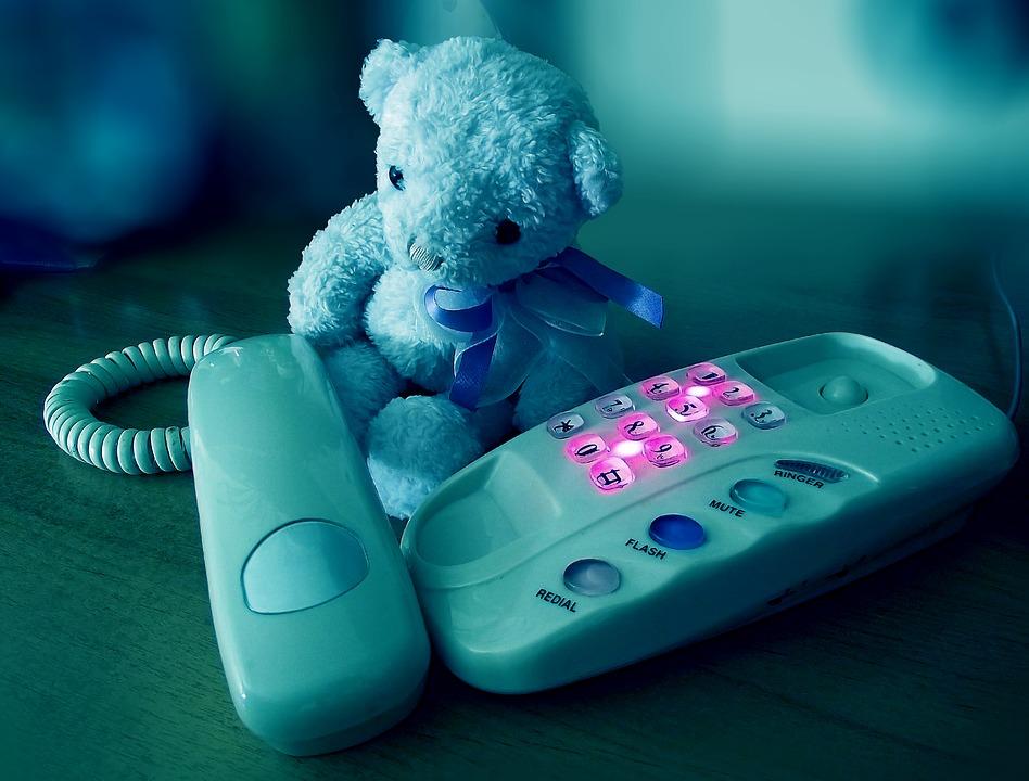 電話に寄り添うクマのぬいぐるみ
