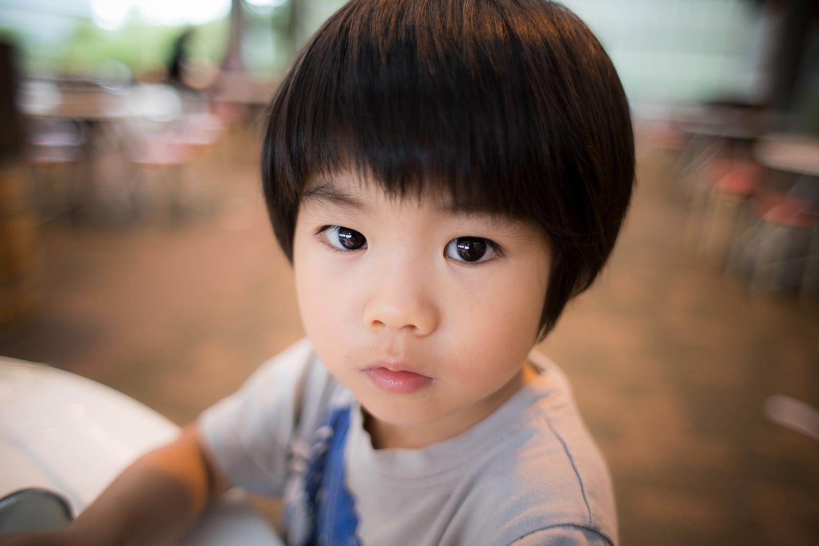 複雑な表情の子供