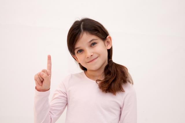 指を差す少女の画像
