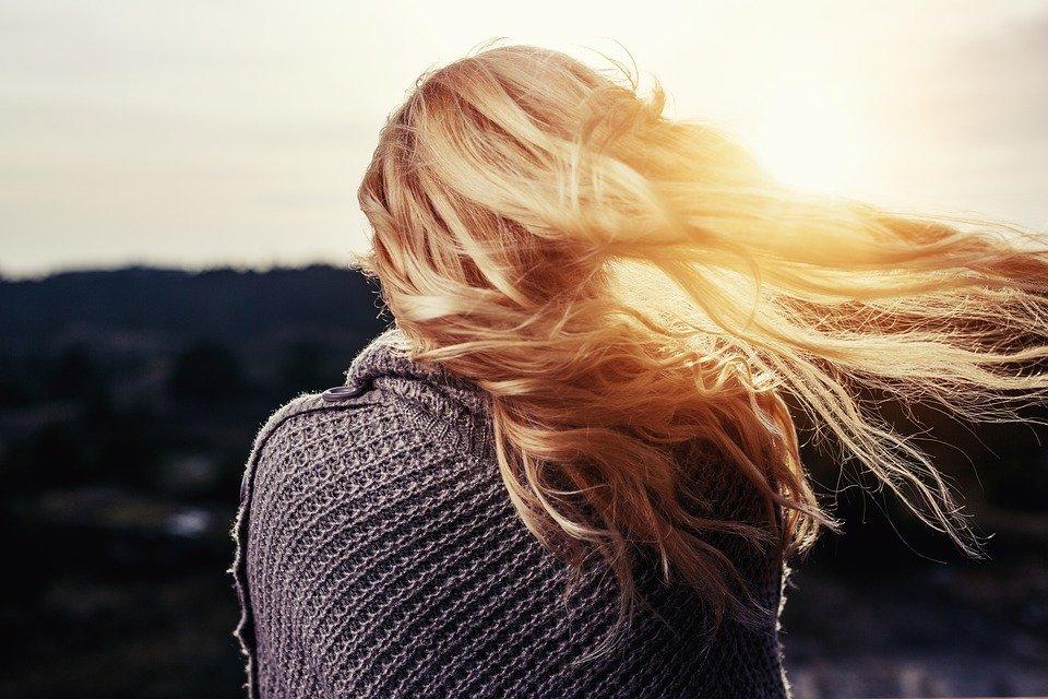 金髪をなびかせる女性