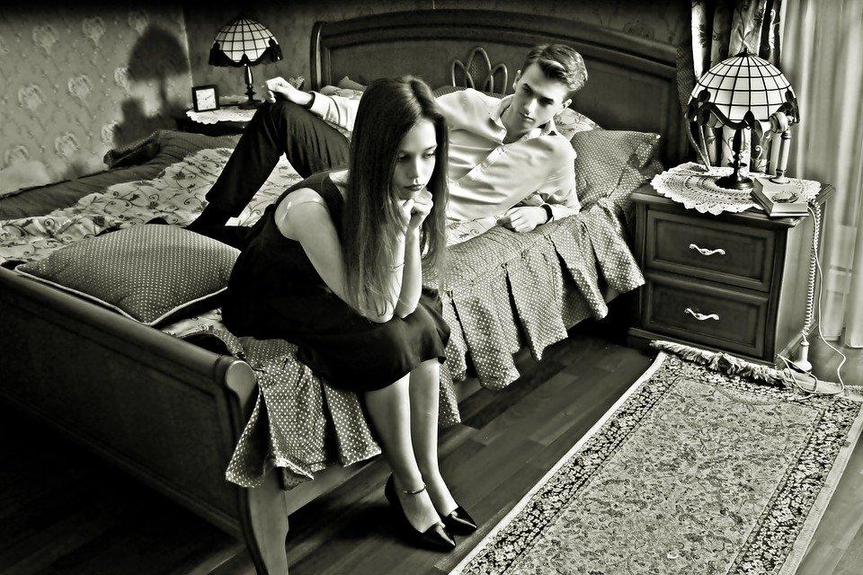喧嘩をしている夫婦のモノクロ写真