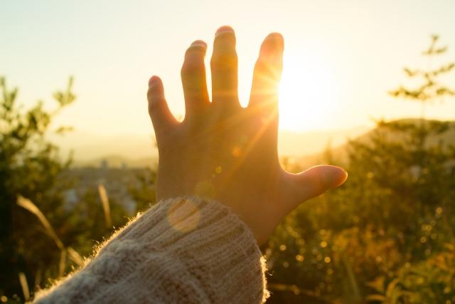 手をかざす画像