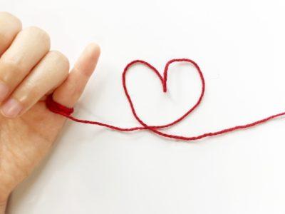 小指に結んだ赤い糸