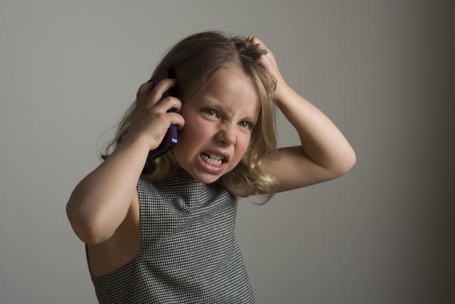 電話をしながら怒っている海外の女の子