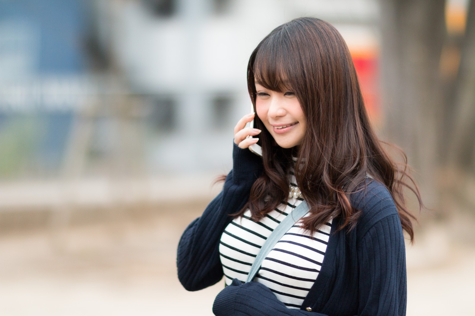 微笑みながら電話をする女性