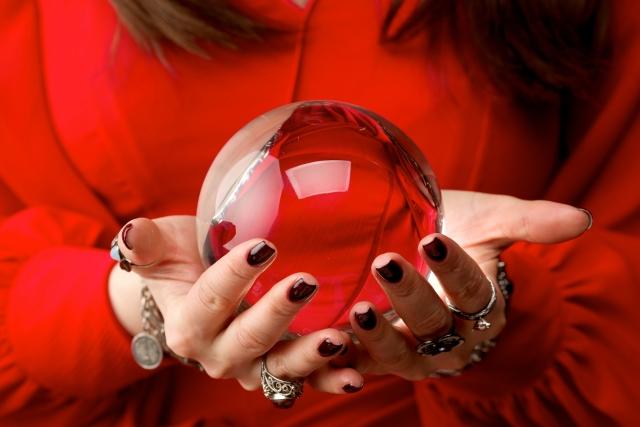 赤い服の占い師と水晶玉の画像