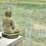 水面を見つめる仏