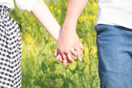 男女が手をつなぐ画像