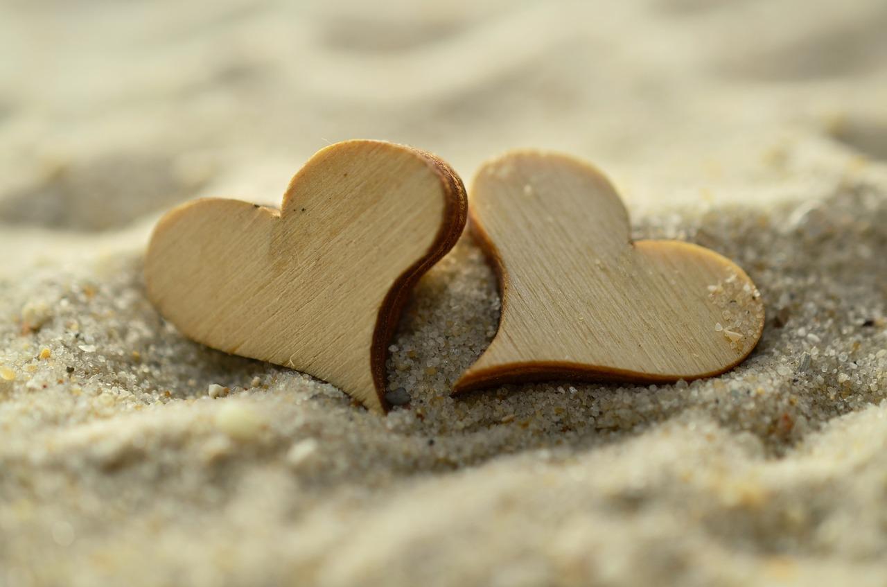 砂に乗ったハートの画像