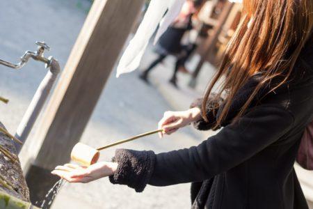 手水舎で手を清める女性の画像