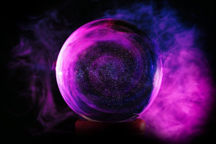 紫色のオーラが渦巻く水晶