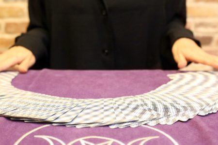 タロットカードを並べる占い師