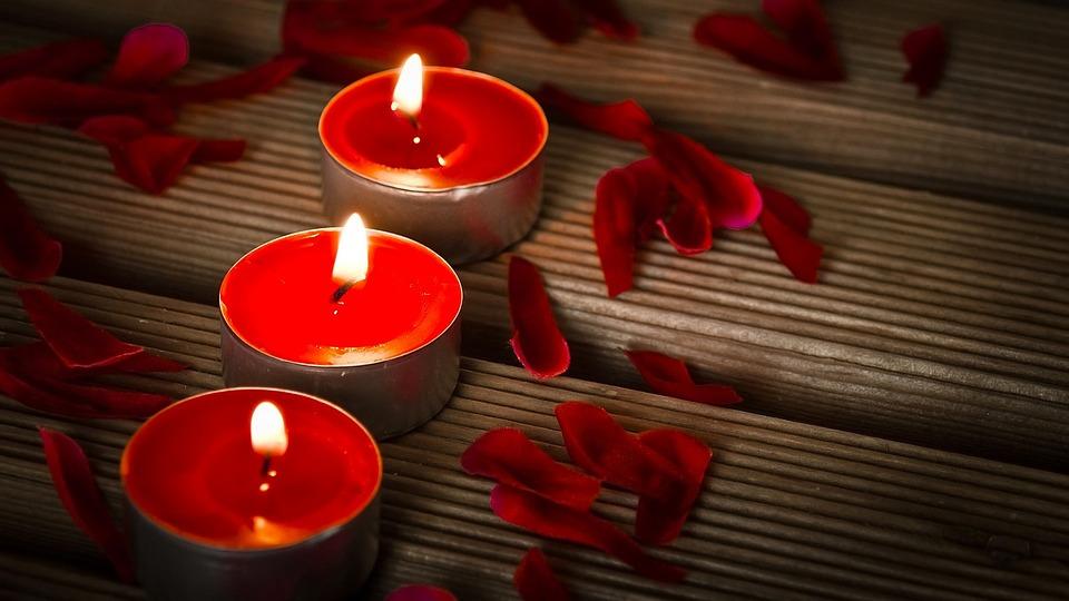 赤い蝋燭が3つ並んでいる