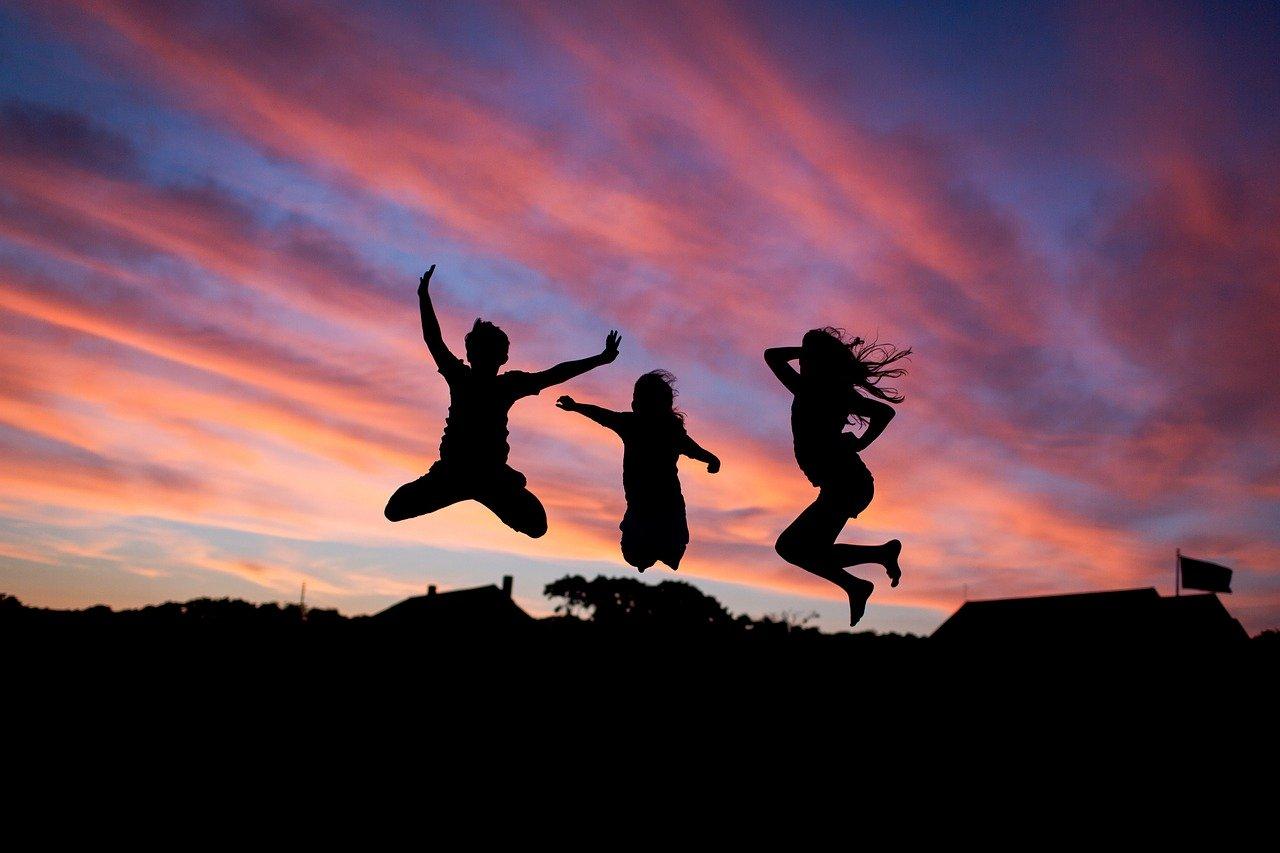 飛び跳ねる3人